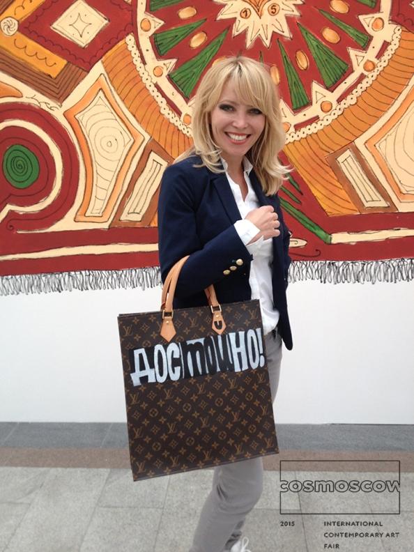 """Die Künstlerin Oxana Jad, in Moskau auf der Kunstmesse """"Cosmoscow"""""""